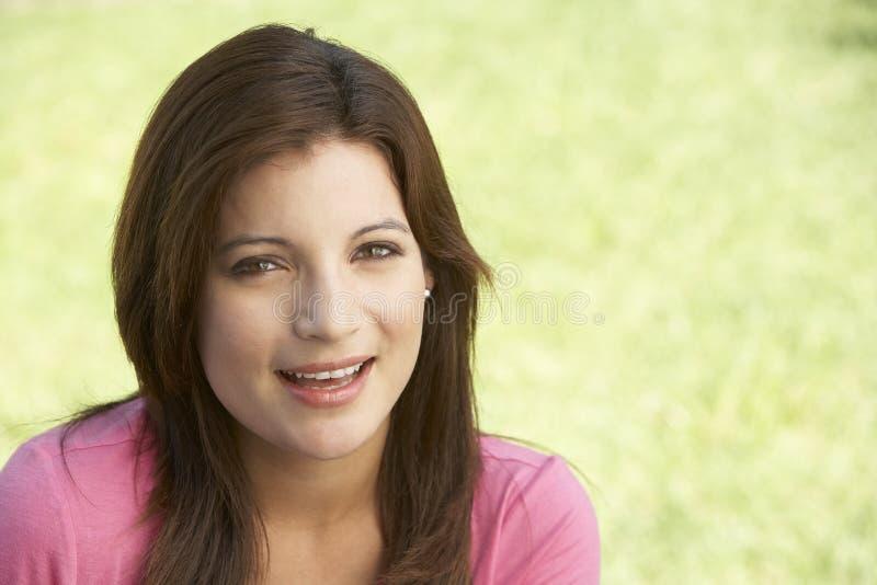 Portrait der jungen Frau im Park stockfoto