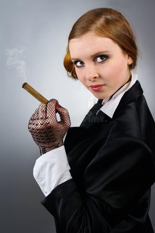 Portrait der jungen Frau mit einer Zigarre stockfoto