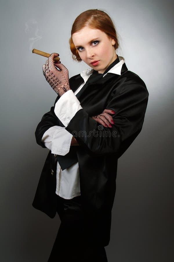 Portrait der jungen Frau mit einer Zigarre stockfotos