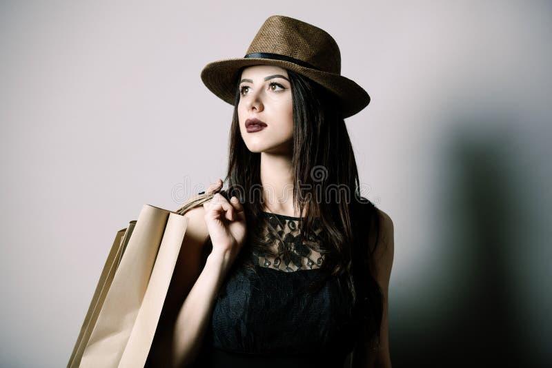 Portrait der jungen Frau mit Einkaufenbeuteln stockfotos