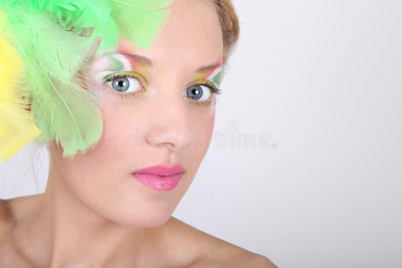 Portrait der jungen Frau mit Federn lizenzfreie stockfotografie