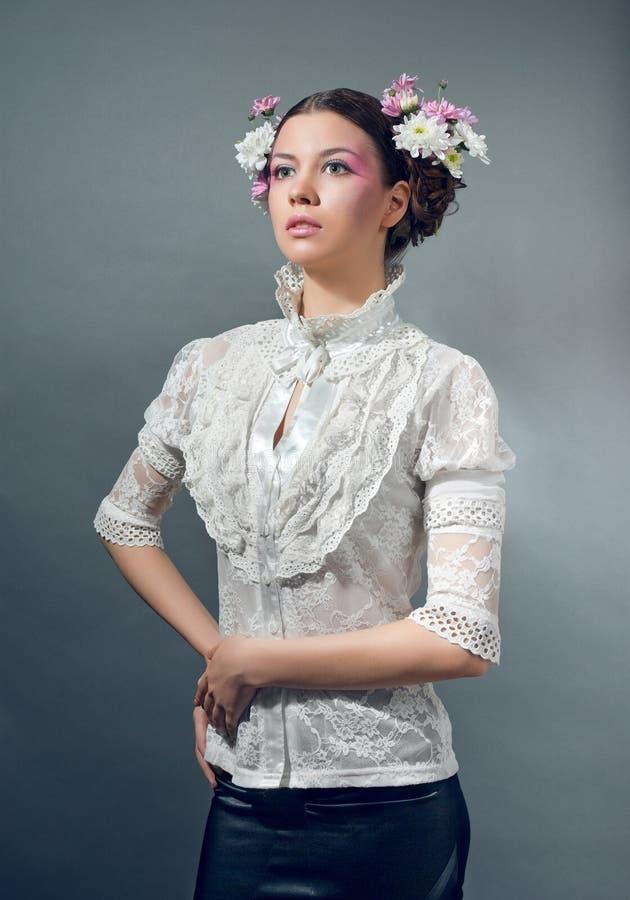 Portrait der jungen Frau mit frischen Blumen im Haar stockbilder