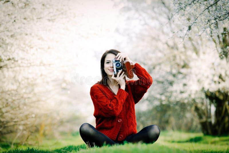 Portrait der jungen Frau mit Kamera lizenzfreie stockfotos