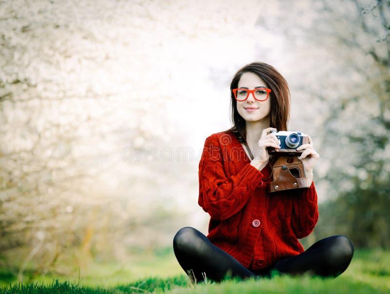 Portrait der jungen Frau mit Kamera lizenzfreies stockfoto