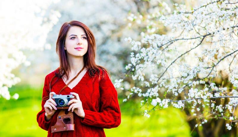 Portrait der jungen Frau mit Kamera lizenzfreies stockbild
