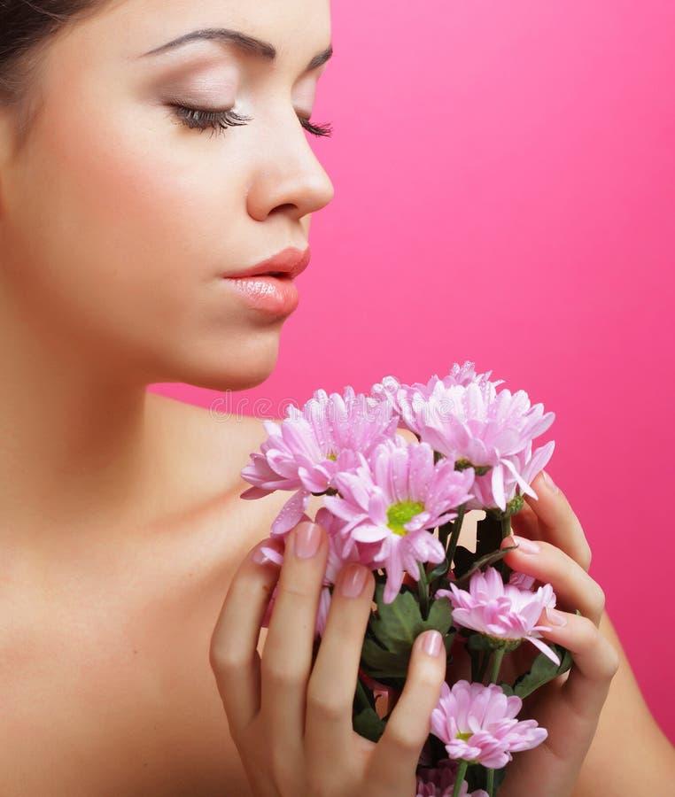 Portrait der jungen Frau mit rosafarbener Chrysantheme stockbild