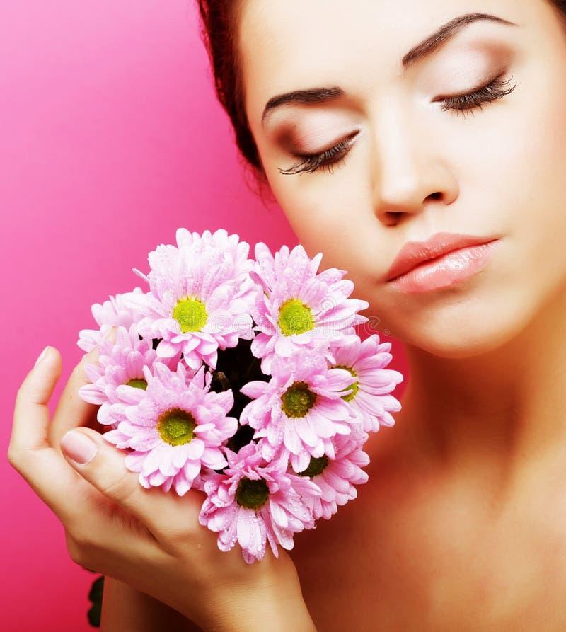 Portrait der jungen Frau mit rosafarbener Chrysantheme stockfotos