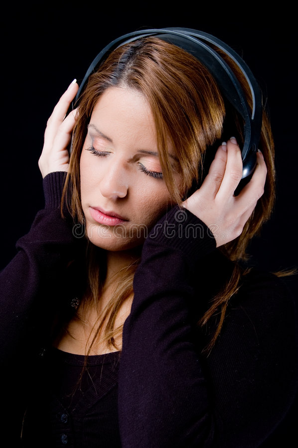 Portrait der jungen Frau Musik genießend lizenzfreie stockfotografie