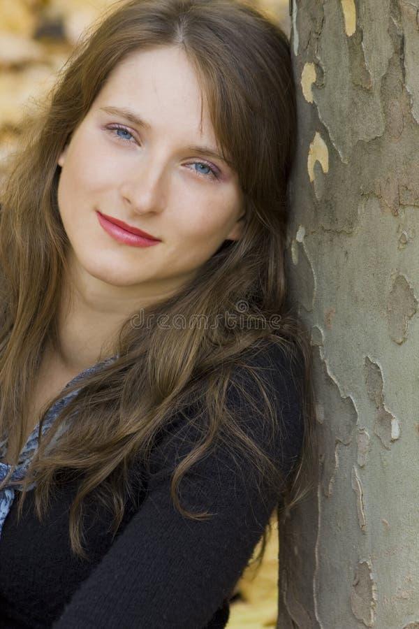 Portrait der jungen Frau nahe dem Baum lizenzfreie stockbilder