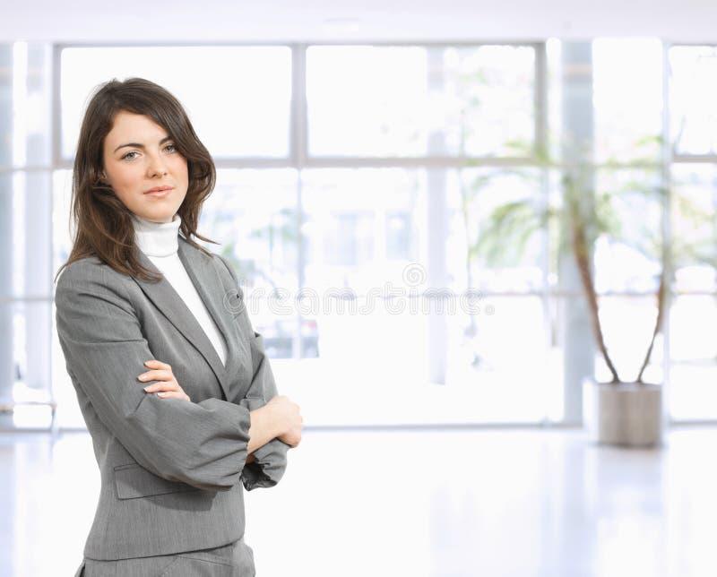 Portrait der jungen Geschäftsfrau lizenzfreie stockfotos