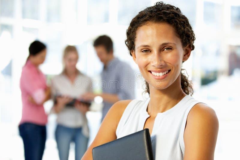 Portrait der jungen Geschäftsfrau im Büro stockbild
