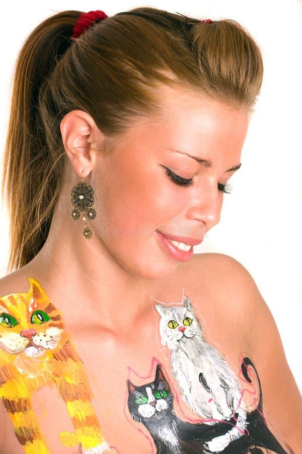 Portrait der jungen hübschen Frau mit Karosserienanstrich stockbilder