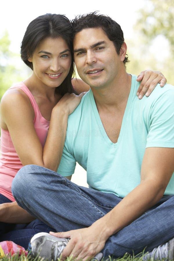 Portrait der jungen hispanischen Paare im Park stockbild