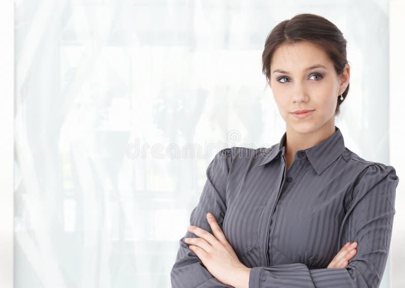 Portrait der jungen kaukasischen Frau in der Bürovorhalle lizenzfreies stockfoto