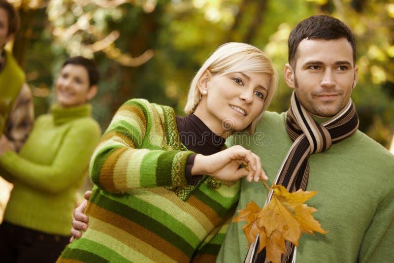 Portrait der jungen Paare in der Natur stockfotos