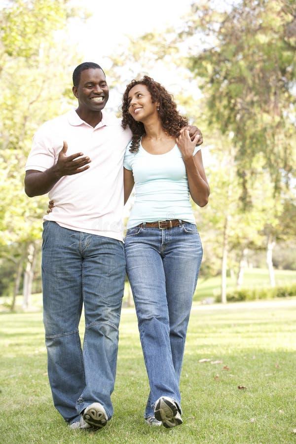 Portrait der jungen Paare, die in Park gehen lizenzfreie stockfotografie