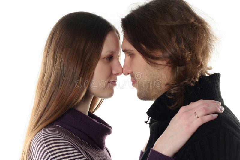 Portrait der jungen Paare im Studio lizenzfreie stockbilder