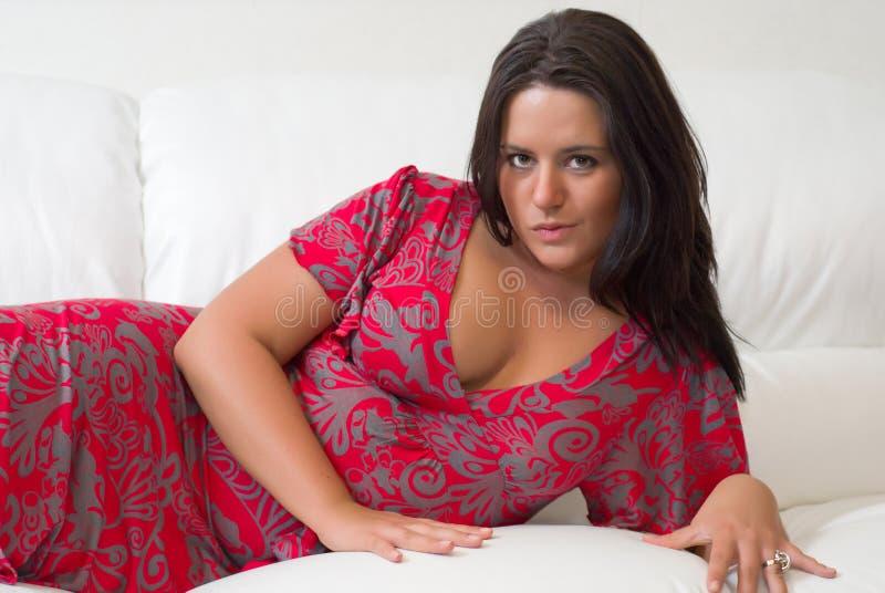 Portrait der jungen reizvollen großen-breasted Frau lizenzfreies stockbild
