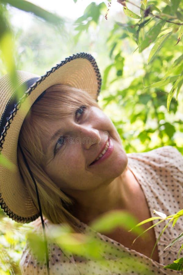 Portrait der jungen schönen blonden Frau lizenzfreies stockfoto