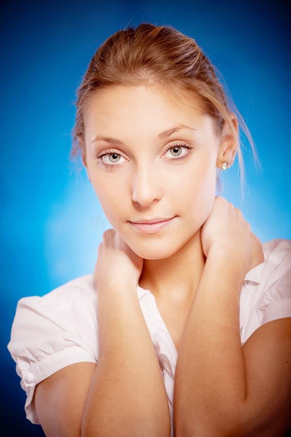 Portrait der jungen schönen Frau lizenzfreies stockbild