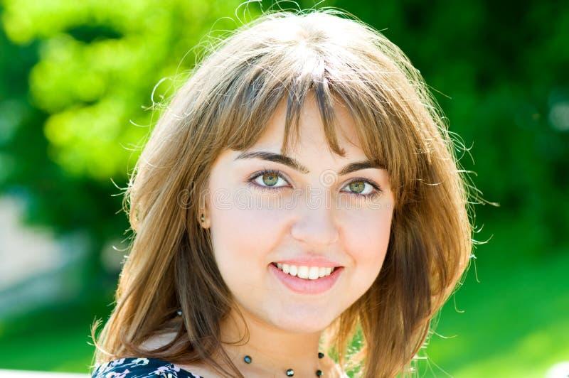 Portrait der jungen schönen Frau stockbild