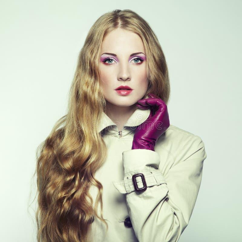 Portrait der jungen schönen Frau in den purpurroten Handschuhen stockfotos