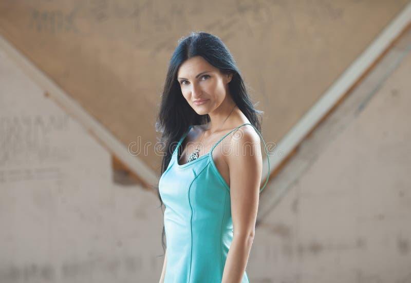 Portrait der jungen schönen Frau draußen stockbild