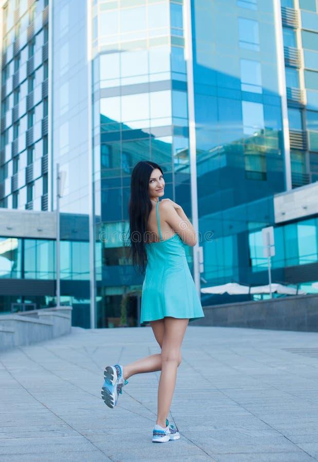 Portrait der jungen schönen Frau draußen lizenzfreie stockfotografie