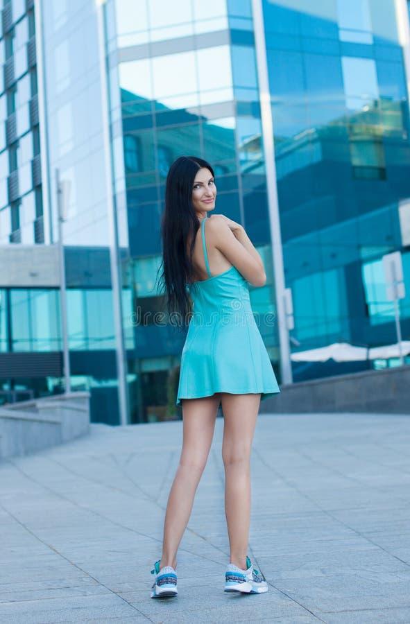 Portrait der jungen schönen Frau draußen lizenzfreie stockfotos