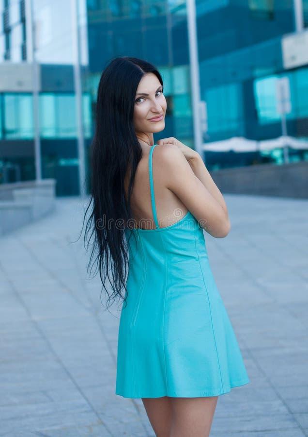 Portrait der jungen schönen Frau draußen lizenzfreies stockbild