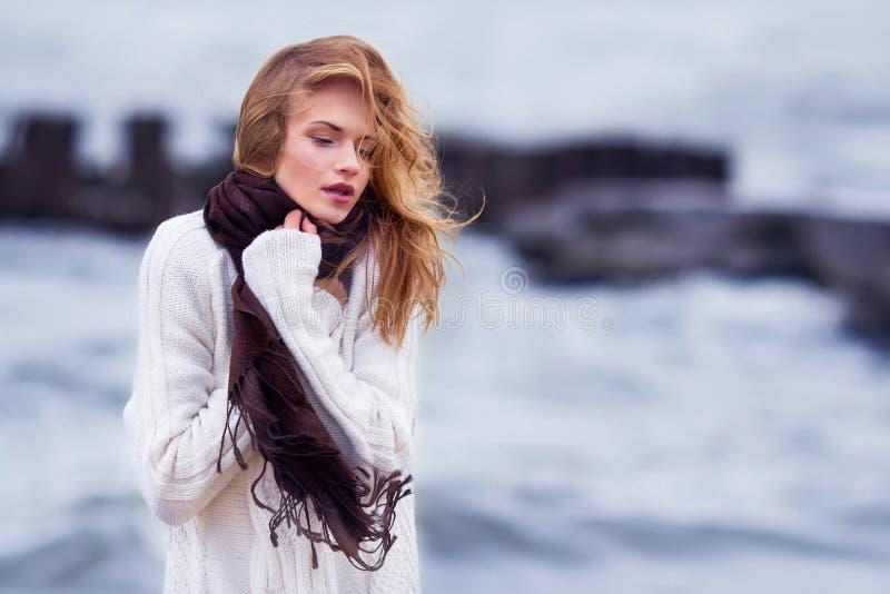 Portrait der jungen schönen Frau im Freien stockbild