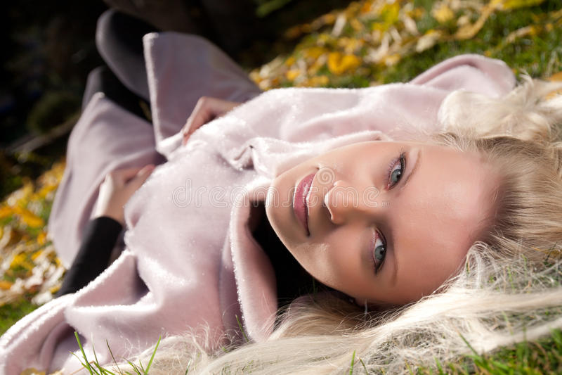 Portrait der jungen schönen Frau im Herbstpark lizenzfreies stockbild