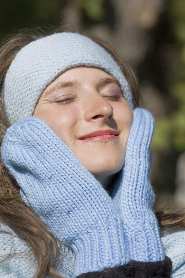 Portrait der jungen schönen Frau im Winter clothi stockbild