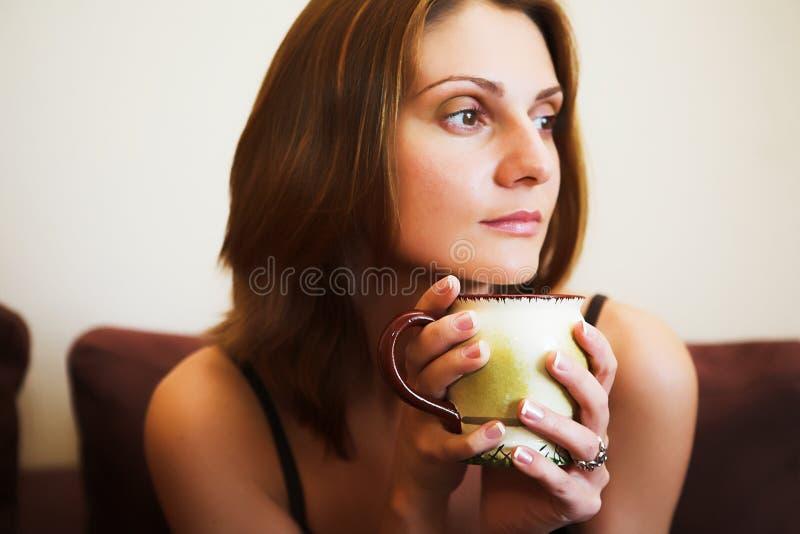 Portrait der jungen schönen Frau mit Tee lizenzfreies stockfoto