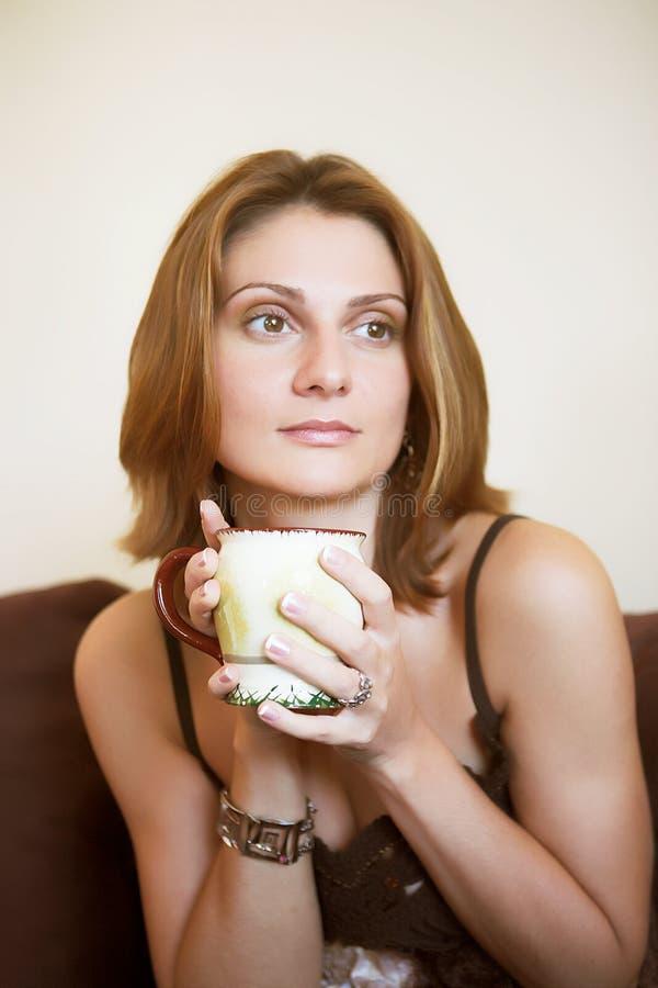 Portrait der jungen schönen Frau mit Tee lizenzfreie stockbilder