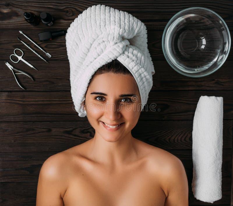 Portrait der jungen sch?nen Frau in der Badekurortumgebung Eine Frau kümmert sich um ihrem Körper Weibliche K?rperpflege Nagelpfl lizenzfreies stockfoto