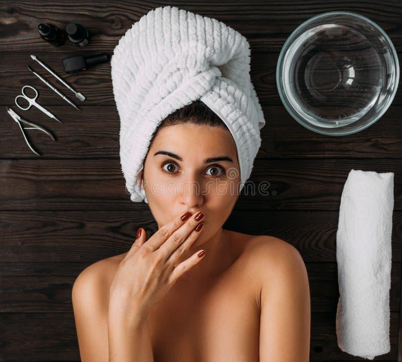Portrait der jungen sch?nen Frau in der Badekurortumgebung Eine Frau k?mmert sich um ihrem K?rper Weibliche K?rperpflege Nagelpfl stockbilder