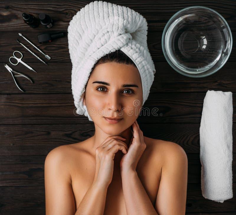 Portrait der jungen sch?nen Frau in der Badekurortumgebung Eine Frau k?mmert sich um ihrem K?rper Weibliche K?rperpflege Nagelpfl stockfotos