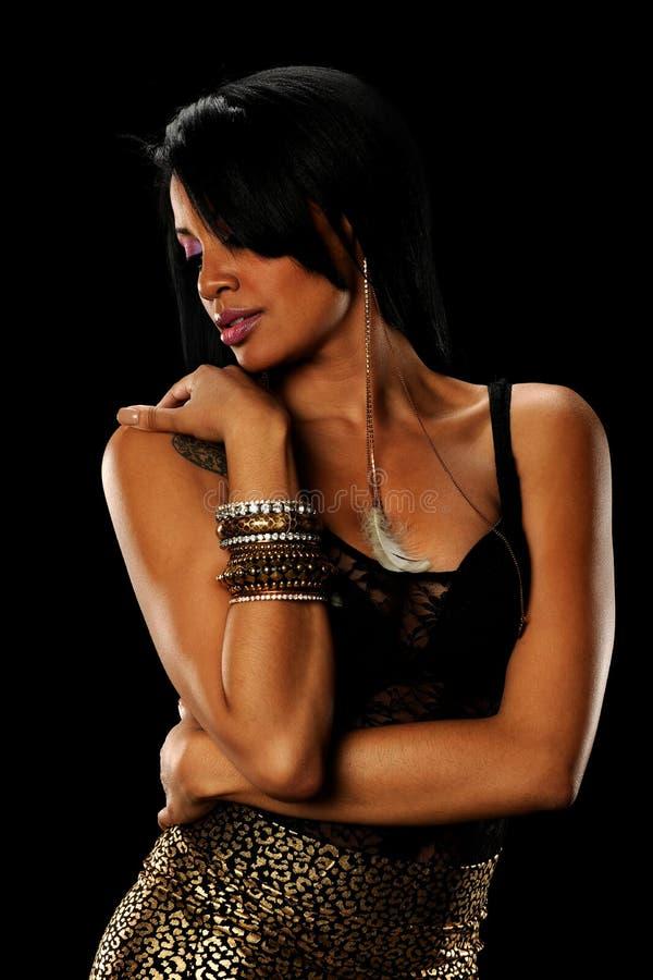 Portrait der jungen schwarzen Frau, die jewerly trägt stockfoto