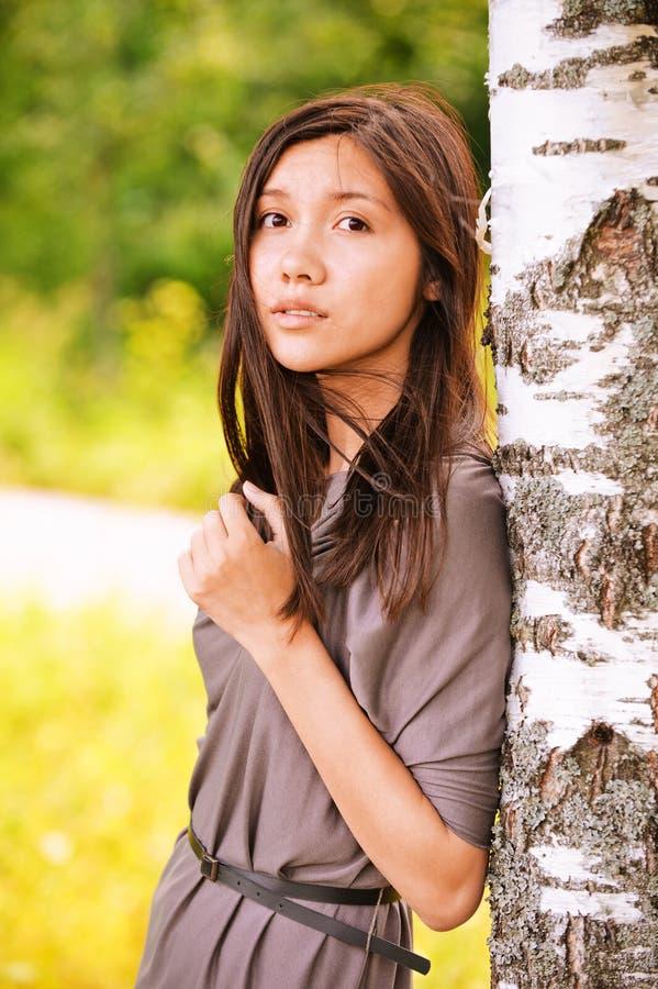 Portrait der jungen träumerischen Frau lizenzfreies stockbild