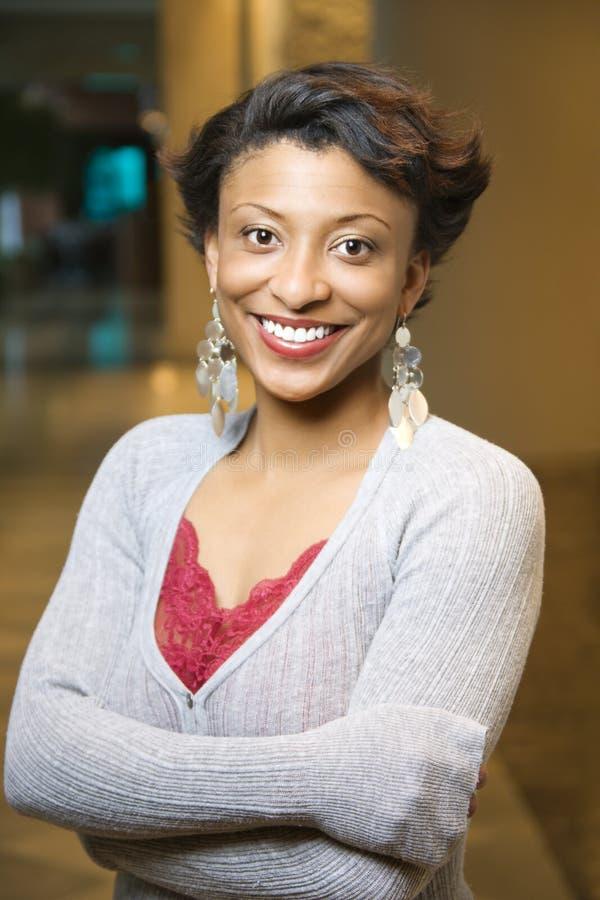 Portrait der lächelnden African-Americanfrau lizenzfreies stockbild