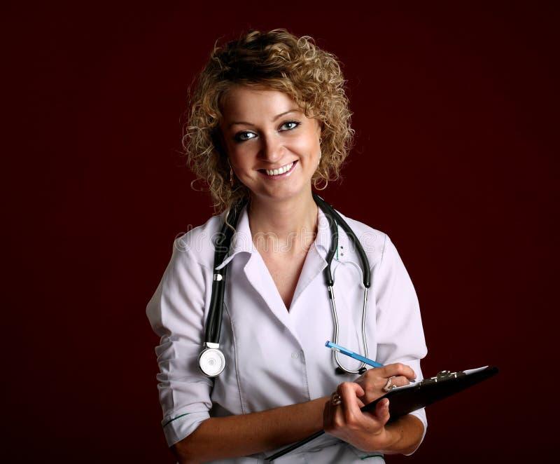 Portrait der lächelnden Arztfrau lizenzfreie stockfotografie