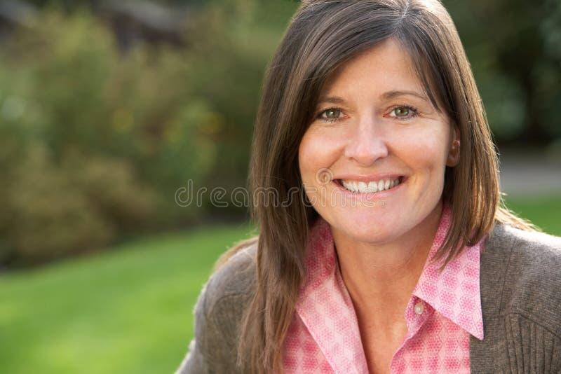 Portrait der lächelnden Brunette-Frau draußen stockfotos