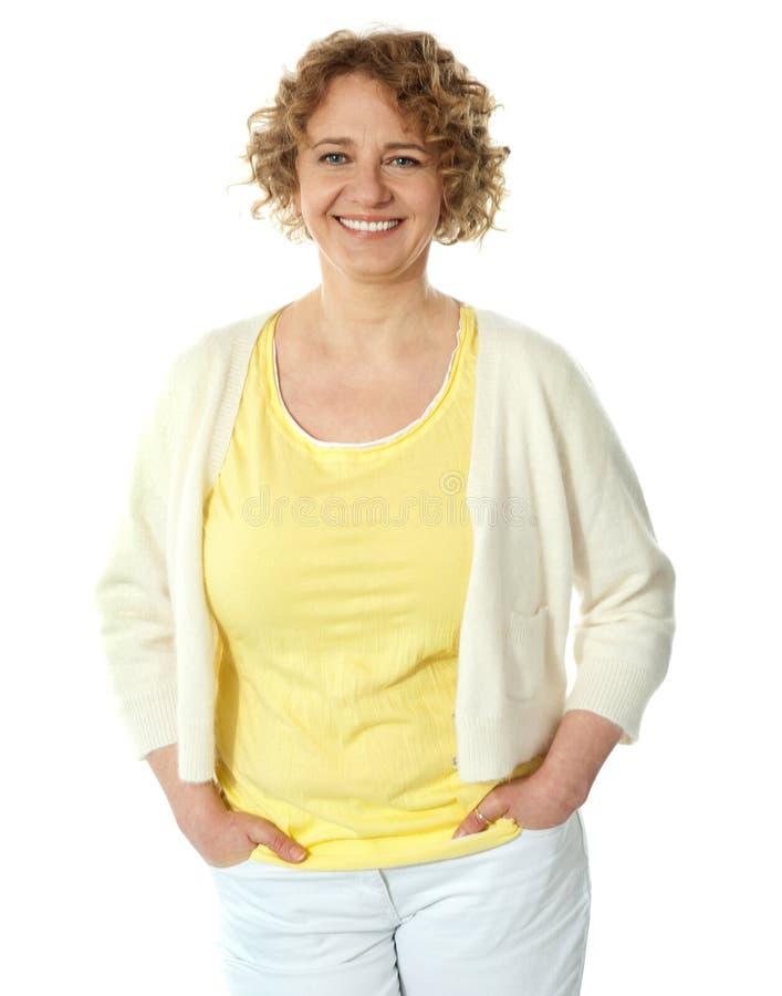 Portrait der lächelnden Frau aufwerfend in der modischen Kleidung lizenzfreie stockfotos