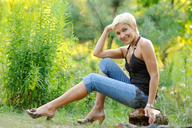Download Portrait Der Lächelnden Frau Draußen Stockbild - Bild von glücklich, freundlich: 26351973