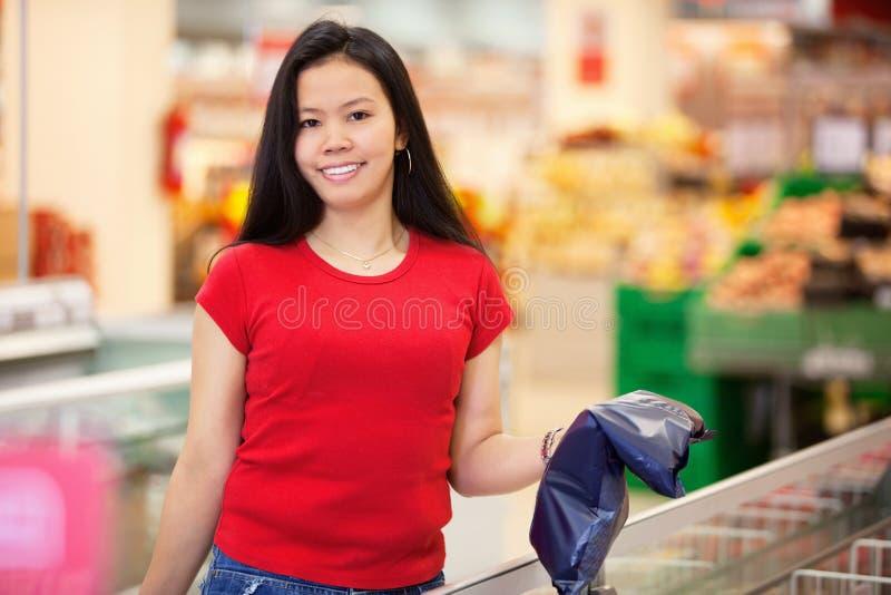 Portrait der lächelnden Frau im Speicher lizenzfreie stockfotografie