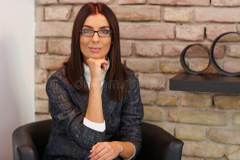 Portrait der lächelnden Geschäftsfrau lizenzfreie stockbilder