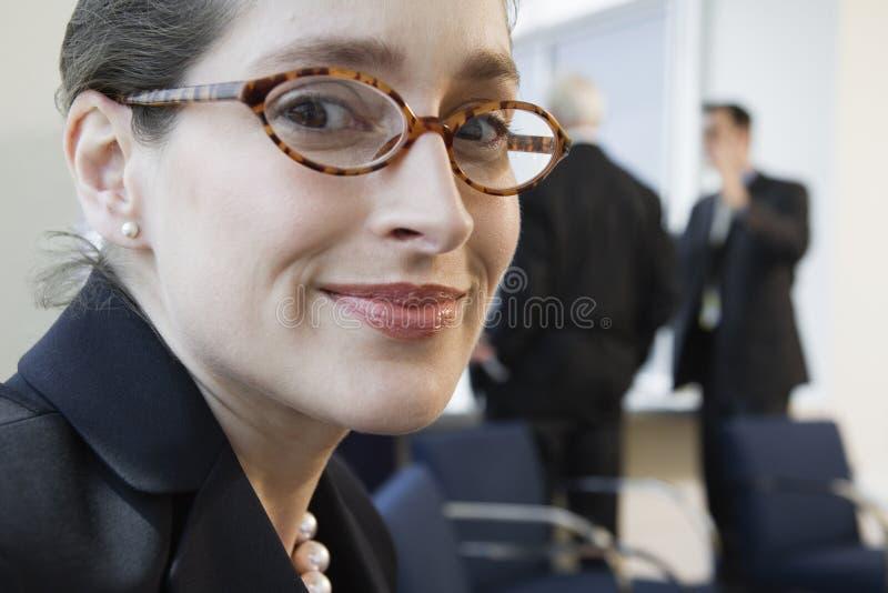Portrait der lächelnden Geschäftsfrau in einer Sitzung. stockfotos