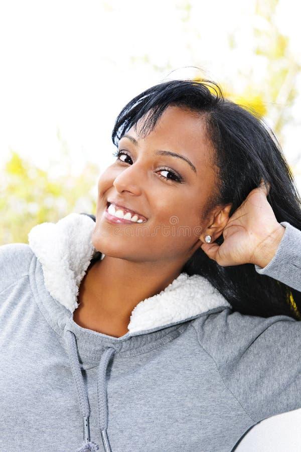 Portrait der lächelnden jungen Frau draußen stockfotografie