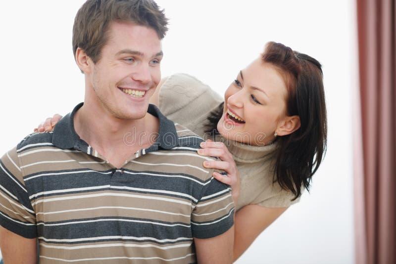 Portrait der lächelnden jungen Paare, die Spaß haben stockbilder